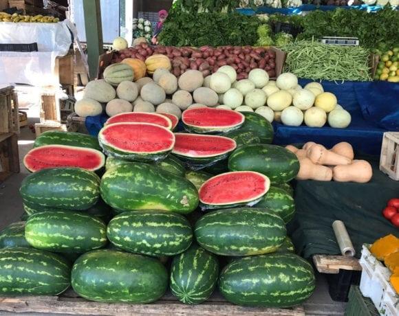 mercado de melones y sandías para menú veraniego