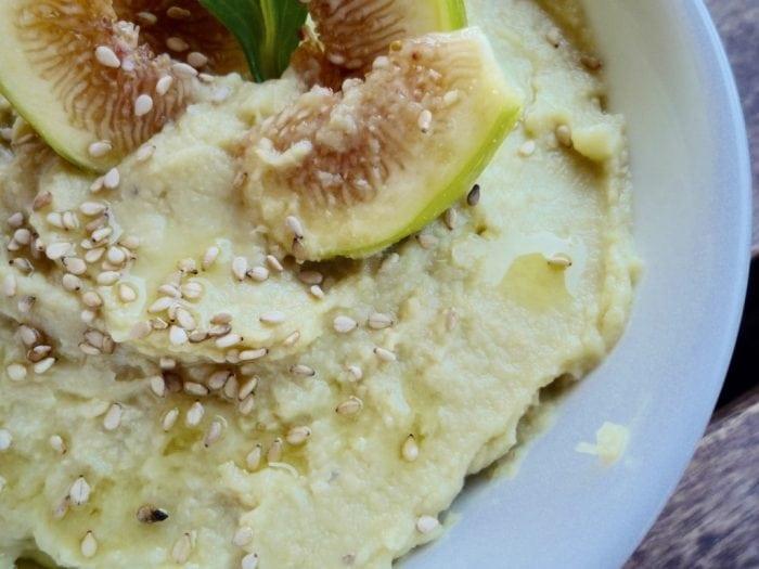 Hummus de garbanzos y aguacate para dipear con hortalizas