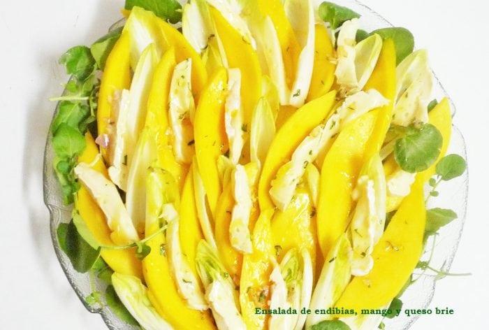 Ensalada de endibias, mango y queso brie
