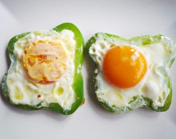 huevos asados en aros de pimiento