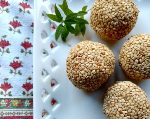 croquetas de garbanzos y almendra con semillas de sésamo tostado