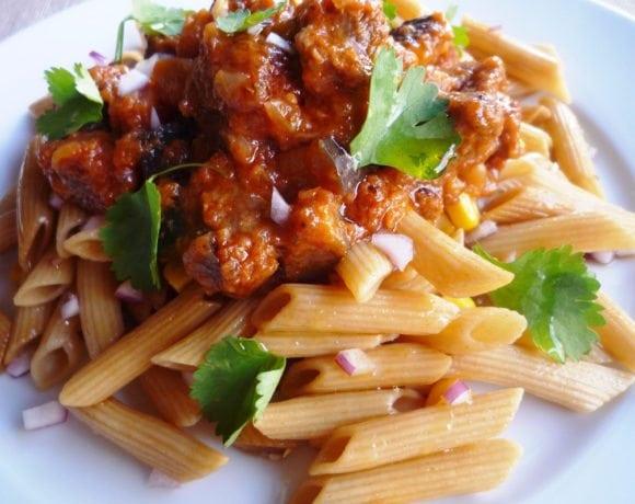 ternera con berenjena en salsa y pasta