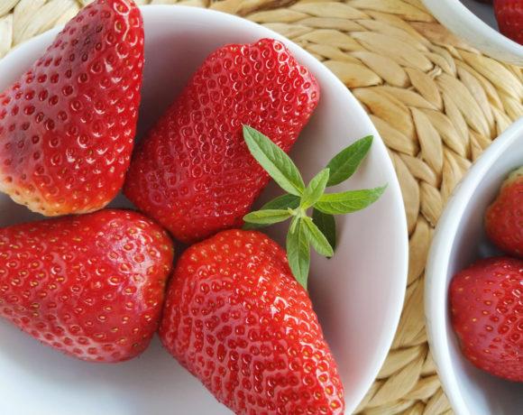 fresas frescas y hierba luisa