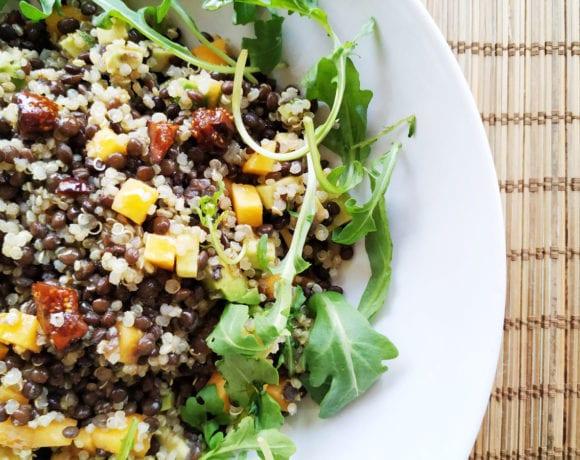 lentejas con quinoa y fruta fresca