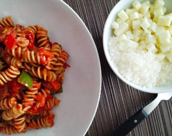 espirales con pimiento, tomate y cebolla