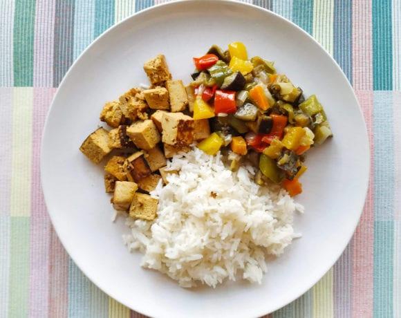 tofu marinado con naranja, arroz y pimientos y
