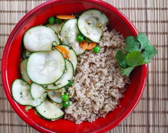 calabacín, zanahoria y guisantes marinados con cilantro