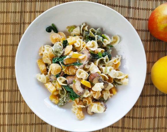 pasta integral con melocotón y espinacas