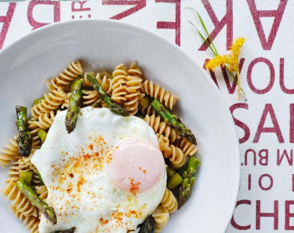 espárragos verdes, con huevo y pasta