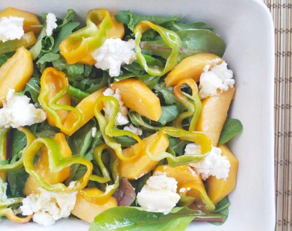ensalada de pimientos verdes, melocotón y ricotta