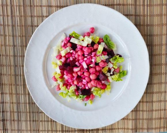 ensalada de garbanzos, remolacha y cebolleta